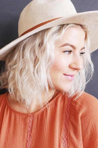 Summer-Ready Beach Wavy Hairstyle with a Hat