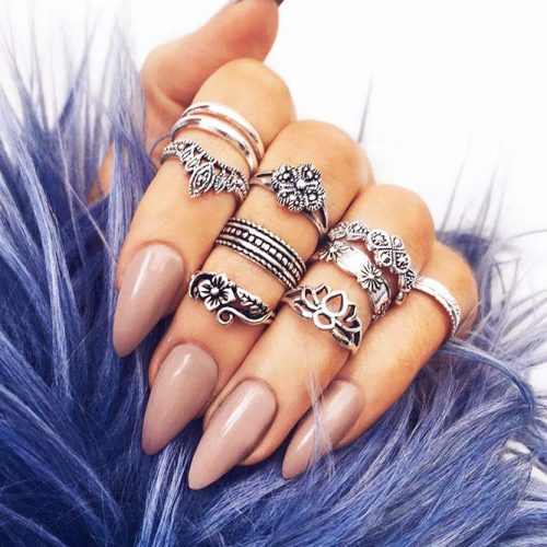 Glamorous Nude Almond Nails for Any Outfit Picture 3