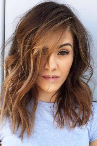 Messy Side Parted Medium Hairstyles #mediumlengthhairstyles #mediumhair #layeredhair #hairstyles