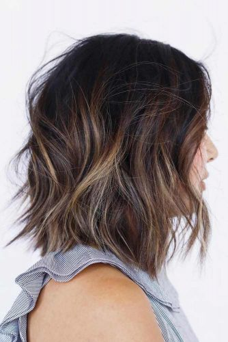 Middle Parted Shag Hairstyle #shaghairstyles #shaghaircuts #mediumlength #hairstyles #caramelhighlights